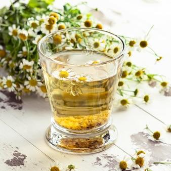 Arreglo de taza de té de manzanilla