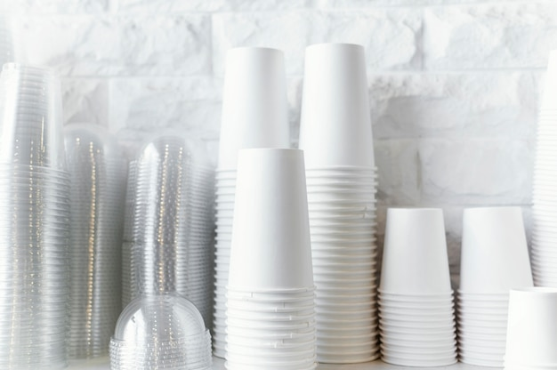 Arreglo de tazas de café desechables