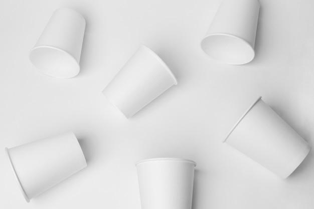 Arreglo de tazas de café con leche de vista superior