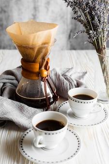 Arreglo de tazas de café en la mesa