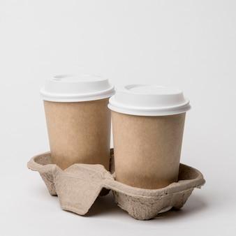 Arreglo con tazas de café en portavasos
