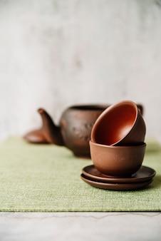 Arreglo de tazas y platos con fondo borroso