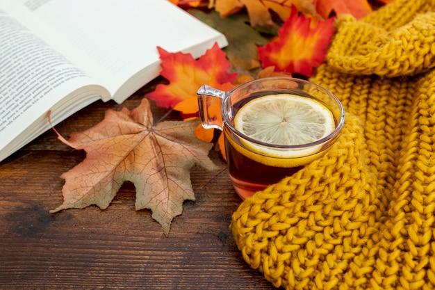 Arreglo de temporada de otoño de alto ángulo en mesa de madera