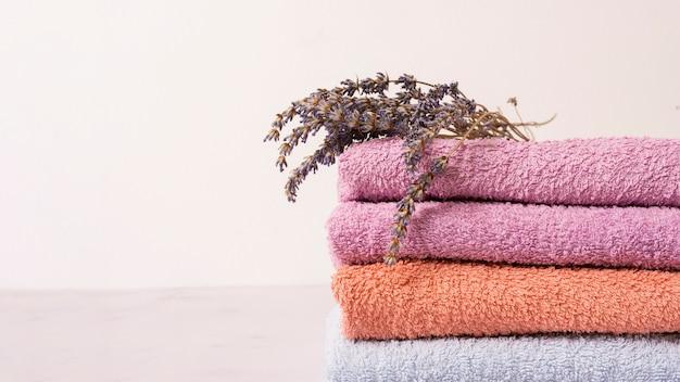 Arreglo con toallas de colores y flores.