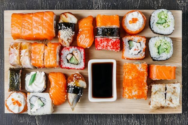 Arreglo tradicional de sushi japonés