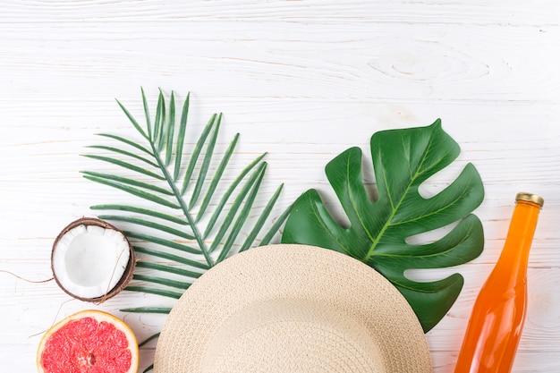 Arreglo tropical de fruta y sombrero de paja.