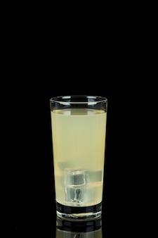 Arreglo con vaso de limonada en la oscuridad