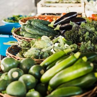 Arreglo de vegetales en canasta de mimbre en el mercado