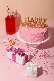 Arreglo de velas de cumpleaños y pastel de alto ángulo