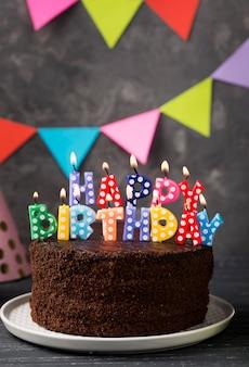 Arreglo con velas de cumpleaños y pastel