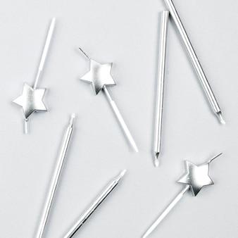 Arreglo de velas de cumpleaños de plata vista superior