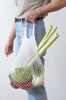 Arreglo de verduras en una bolsa textil