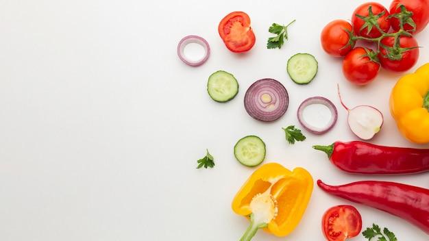 Arreglo de verduras con espacio de copia