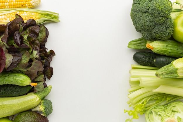 Arreglo de verduras frescas en plano