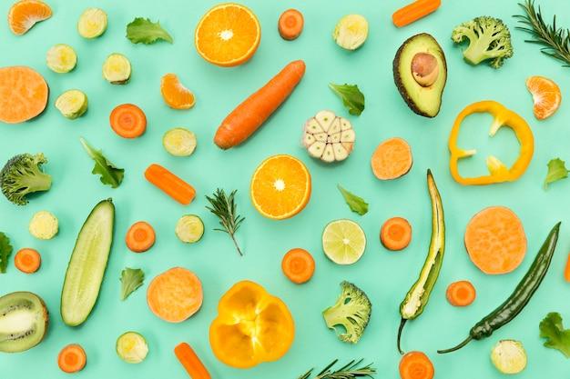Arreglo de verduras y frutas vista superior