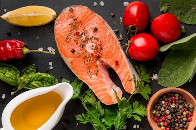 Arreglo de verduras y pescado salmón con aceite