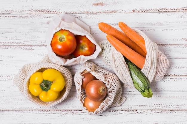 Arreglo de verduras sobre fondo de madera