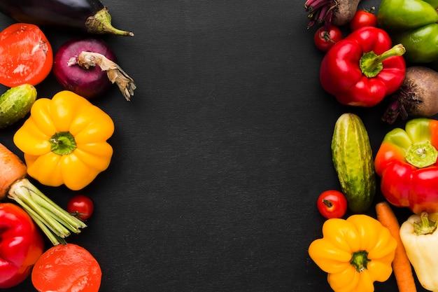 Arreglo de verduras sobre fondo oscuro con espacio de copia