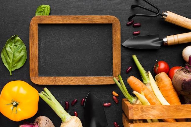Arreglo de verduras sobre fondo oscuro con marco