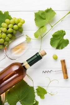 Arreglo de viñas y vino blanco.