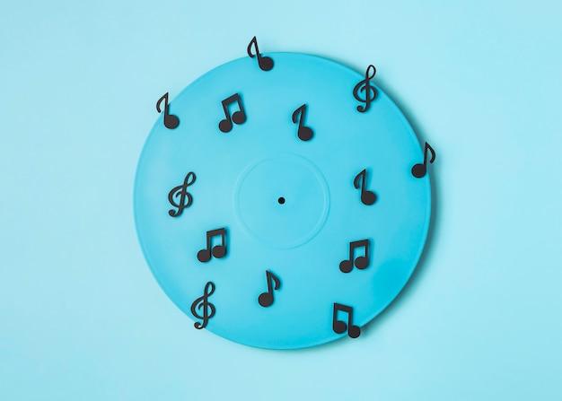 Arreglo de vinilo pintado de azul con notas musicales