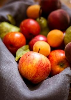 Arreglo de vista frontal de deliciosas frutas frescas