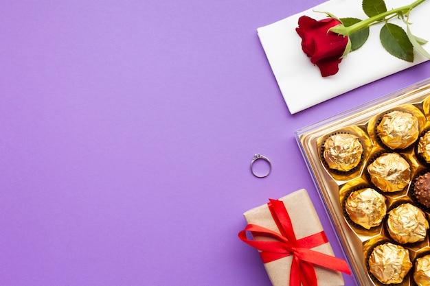 Arreglo vista superior con anillo y caja de chocolate.