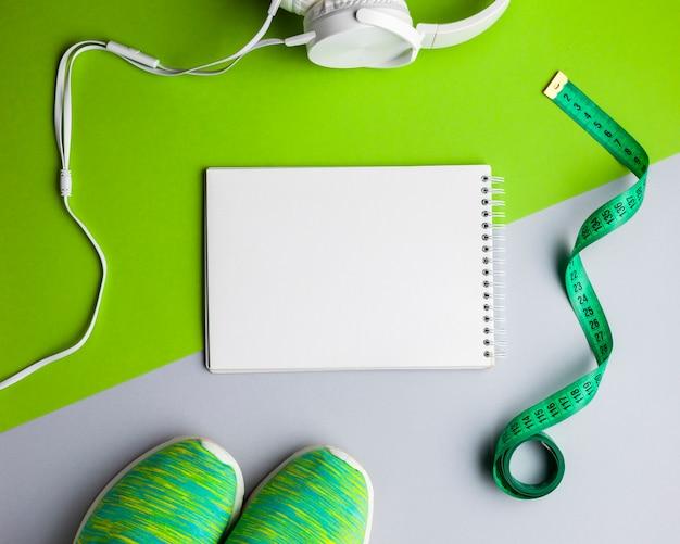 Arreglo de vista superior con atributos y cuaderno