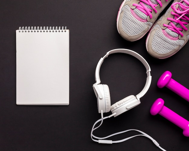 Arreglo de vista superior con atributos deportivos y cuaderno