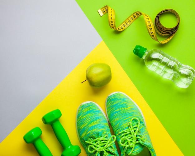 Arreglo de vista superior con atributos deportivos y manzana