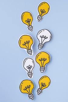 Arreglo de vista superior de bombillas doradas y plateadas