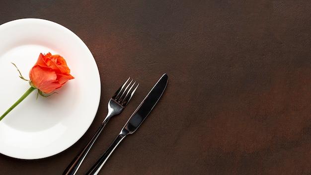 Arreglo de vista superior para la cena del día de san valentín con espacio de copia