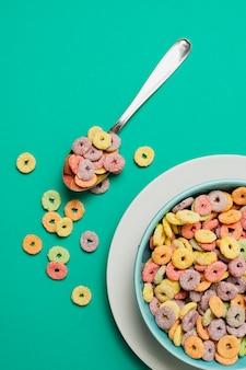 Arreglo de vista superior con cereales y fondo verde