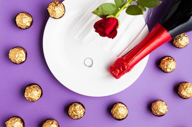Arreglo vista superior con chocolate y plato blanco.