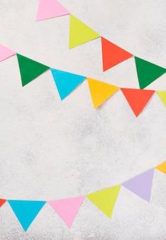 Arreglo de vista superior con coloridas decoraciones de fiesta