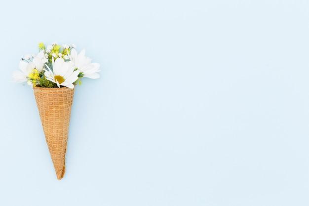 Arreglo de vista superior con cono y flores
