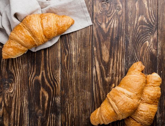 Arreglo de vista superior de croissants horneados