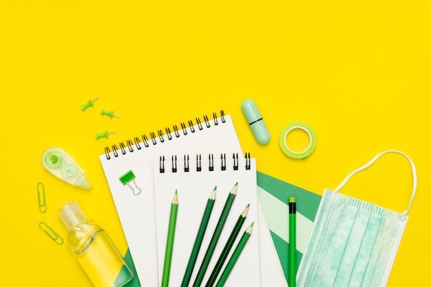 Arreglo de vista superior con cuadernos