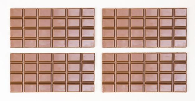 Arreglo de vista superior con cuatro barras de chocolate.