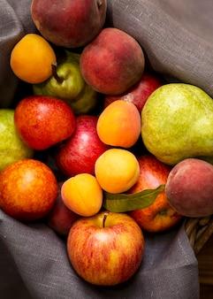 Arreglo de vista superior de deliciosas frutas frescas