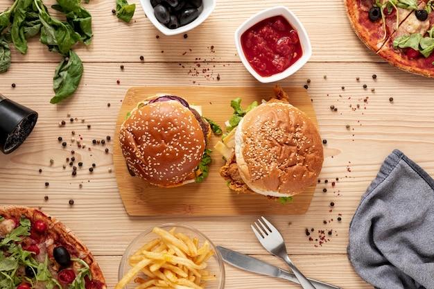 Arreglo de vista superior con deliciosas hamburguesas