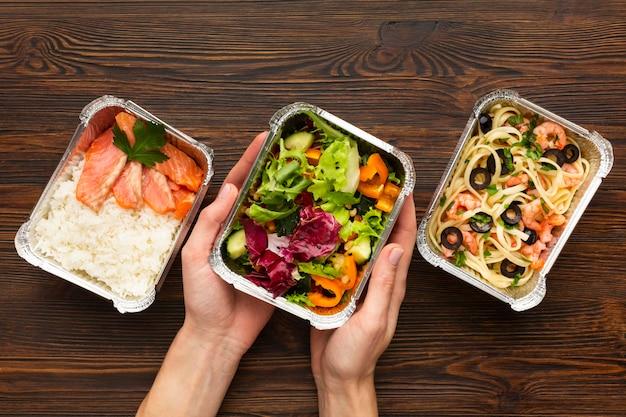 Arreglo de vista superior con diferentes comidas.