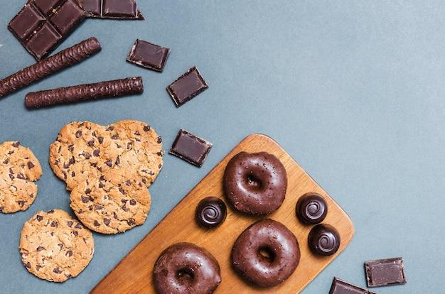 Arreglo de vista superior con donuts en tabla de cortar