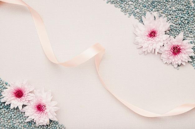 Arreglo de vista superior con flores y cinta