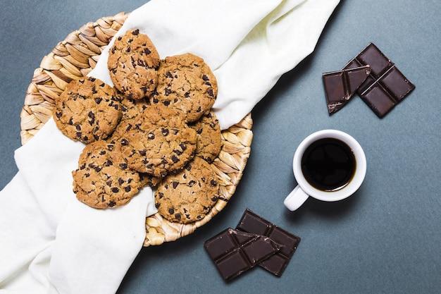 Arreglo vista superior con galletas, chocolate negro y café.