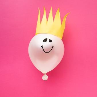 Arreglo de vista superior con globo y corona