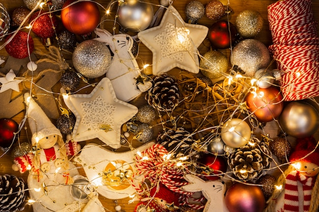 Arreglo de vista superior con globos de navidad y luces