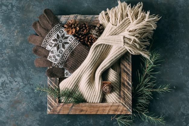 Arreglo de vista superior con marco y guantes de invierno