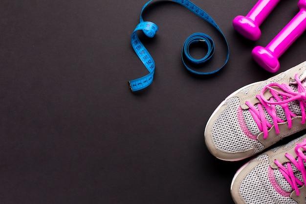 Arreglo de vista superior con medidor de sastre y zapatos