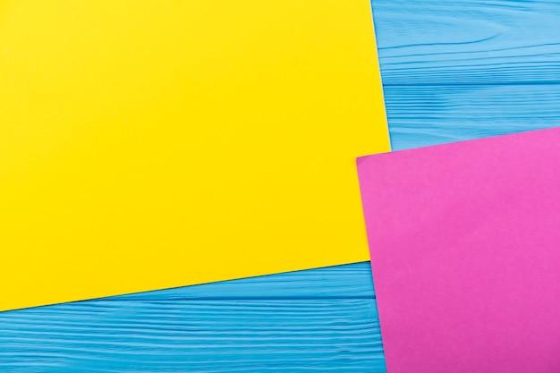 Arreglo de vista superior con papel sobre fondo azul